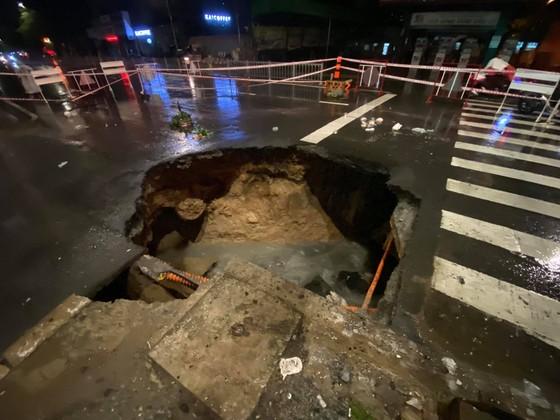 """""""Hố tử thần"""" xuất hiện trên đường phố sau cơn mưa lớn ở quận Gò Vấp ảnh 4"""