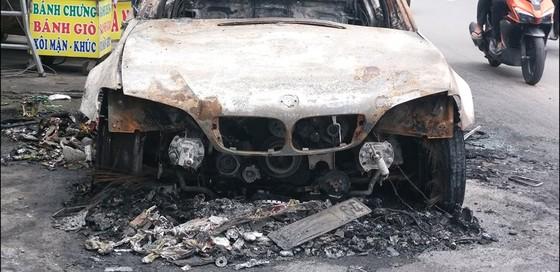 """""""Xế hộp"""" BMW bốc cháy trơ khung trên quốc lộ ảnh 1"""