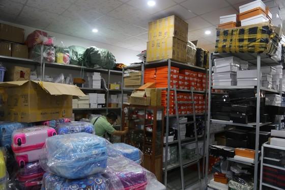 Cận cảnh kho 'hàng hiệu' nhập từ... chợ Đồng Xuân, chợ Lớn, chợ An Đông ảnh 12