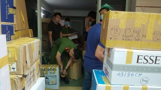 Phát hiện 2 kho hàng chứa thuốc lá nhập lậu và khẩu trang y tế cực lớn ở quận Tân Bình ảnh 3