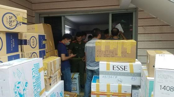 Phát hiện 2 kho hàng chứa thuốc lá nhập lậu và khẩu trang y tế cực lớn ở quận Tân Bình ảnh 2