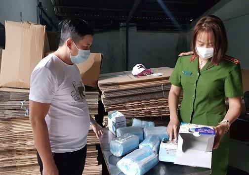 Tạm giữ gần 900.000 chiếc khẩu trang y tế không rõ nguồn gốc xuất xứ  ảnh 1