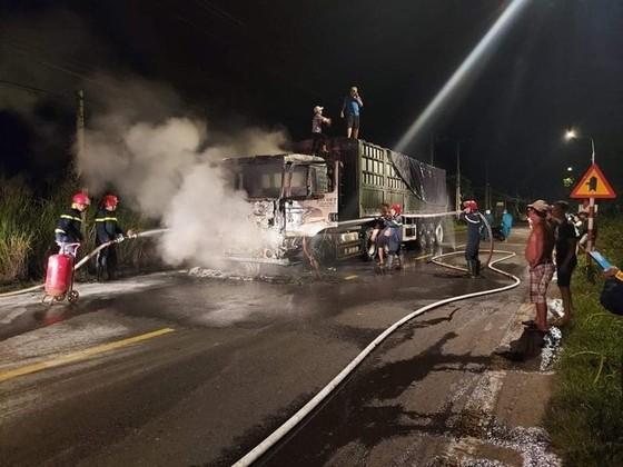Xe đầu kéo bốc cháy dữ dội, tài xế thoát chết ảnh 1