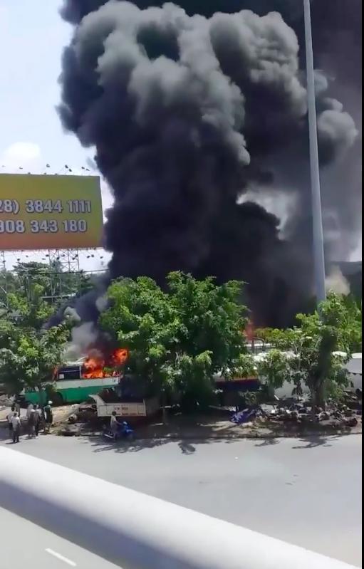 Cháy bãi giữ xe ở Bình Chánh, khói đen bốc cao hàng chục mét ảnh 2