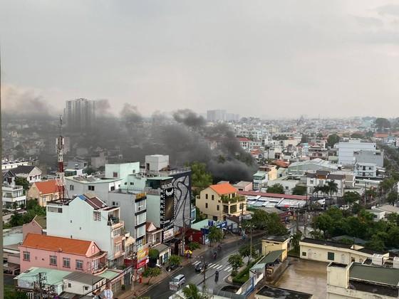 Cháy kho chứa phụ tùng ở quận Thủ Đức, khói đen bốc cao hàng chục mét  ảnh 2