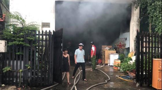 Cháy kho chứa phụ tùng ở quận Thủ Đức, khói đen bốc cao hàng chục mét  ảnh 8