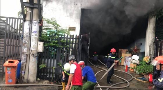 Cháy kho chứa phụ tùng ở quận Thủ Đức, khói đen bốc cao hàng chục mét  ảnh 3