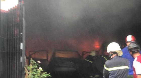 Cháy kho chứa phụ tùng ở quận Thủ Đức, khói đen bốc cao hàng chục mét  ảnh 9