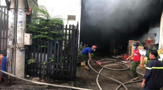 Cháy kho chứa phụ tùng ở quận Thủ Đức, khói đen bốc cao hàng chục mét  ảnh 4