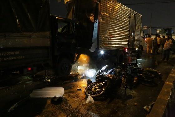 Xe ô tô 7 chỗ tông nhiều xe máy, ít nhất 3 người nhập viện cấp cứu ảnh 2