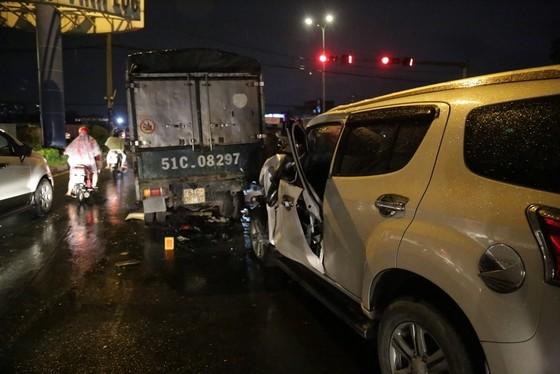 Xe ô tô 7 chỗ tông nhiều xe máy, ít nhất 3 người nhập viện cấp cứu ảnh 4