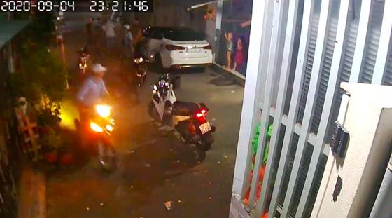 Nhóm 'giang hồ' dùng hung khí xông vào nhà dân đánh người ảnh 3