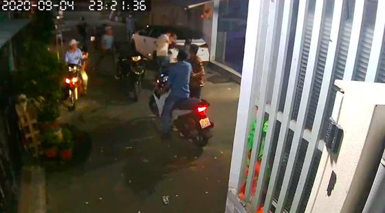 Nhóm 'giang hồ' dùng hung khí xông vào nhà dân đánh người ảnh 2