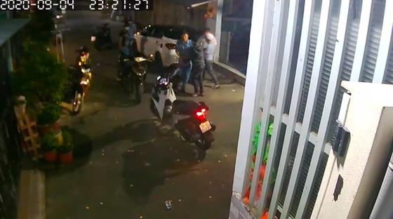 Nhóm 'giang hồ' dùng hung khí xông vào nhà dân đánh người ảnh 1