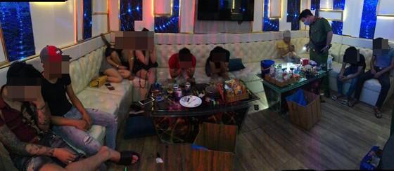 Kiểm tra 2 quán karaoke ở quận Bình Tân phát hiện 33 'dân chơi' dương tính với chất ma túy ảnh 2