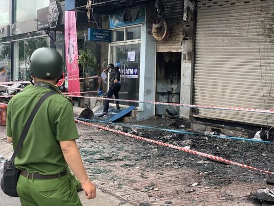 Cháy lớn lúc rạng sáng ở Gò Vấp, 2 căn nhà cùng nhiều tài sản bị thiêu rụi  ảnh 16