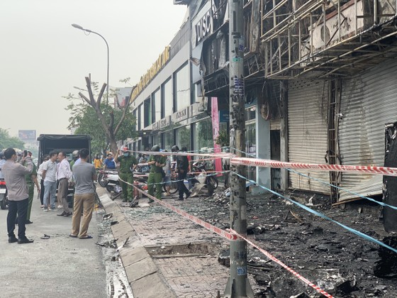 Cháy lớn lúc rạng sáng ở Gò Vấp, 2 căn nhà cùng nhiều tài sản bị thiêu rụi  ảnh 9