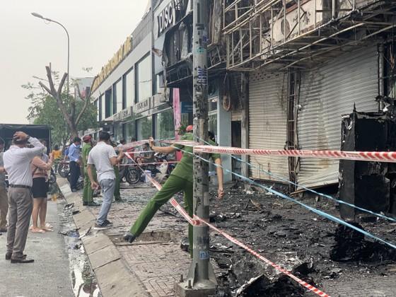 Cháy lớn lúc rạng sáng ở Gò Vấp, 2 căn nhà cùng nhiều tài sản bị thiêu rụi  ảnh 13