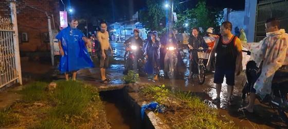 Một người rớt xuống cống thoát nước bị cuốn mất tích trong cơn mưa ảnh 1