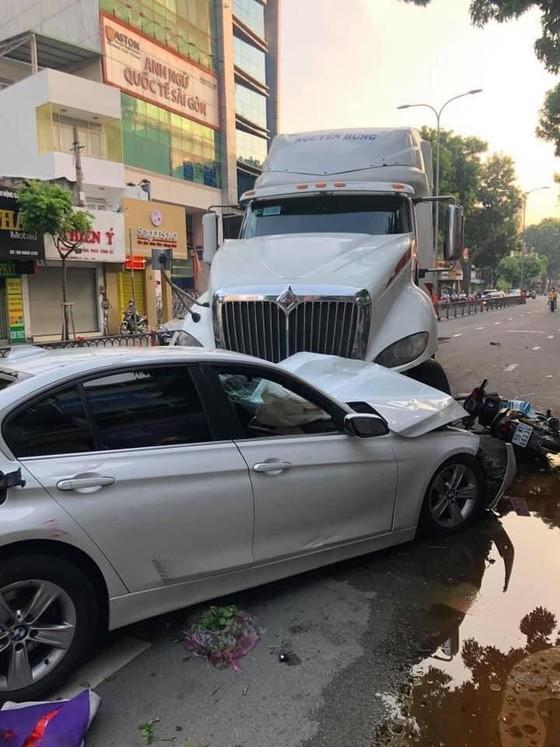 Xe container mất lái tông xe ô tô, nhiều xe máy ở quận 10 ảnh 1