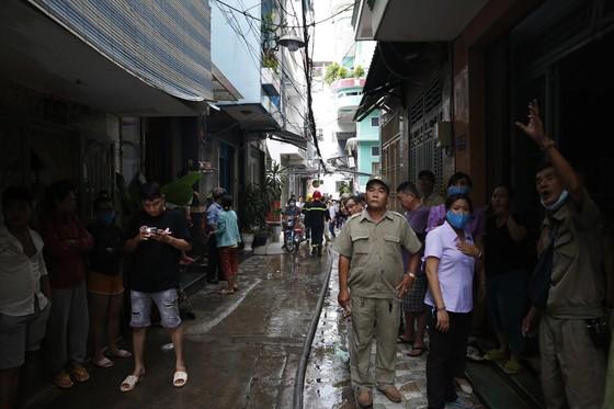 Một chiến sĩ cảnh sát PCCC bị thương khi chữa cháy ở nhà dân ảnh 2