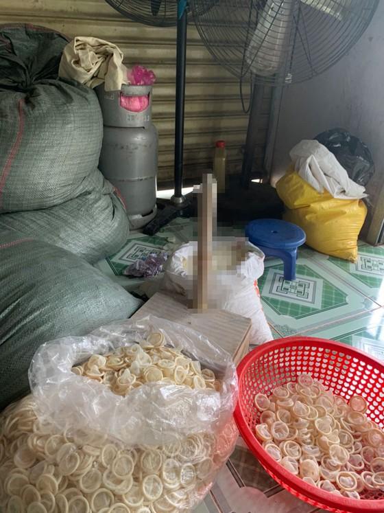 Phát hiện 324.000 bao cao su (360kg) đã qua sử dụng đang tái chế ở nhà trọ ảnh 3