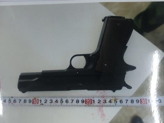 Thiếu niên táo tợn đột nhập tòa nhà trộm cắp và để quên súng ảnh 4