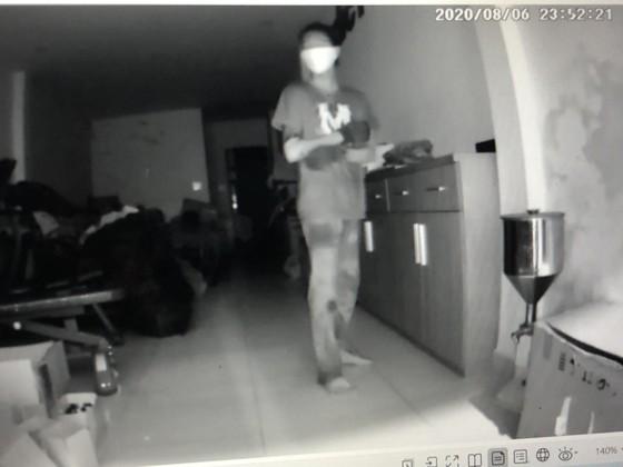 Thiếu niên táo tợn đột nhập tòa nhà trộm cắp và để quên súng ảnh 3
