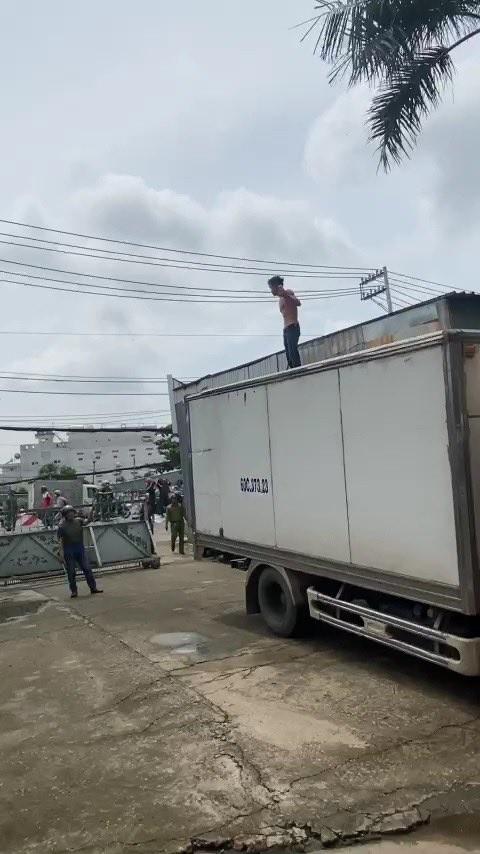 Khống chế người đàn ông nghi ngáo đá leo lên xe tải làm náo loạn khu dân cư ảnh 1