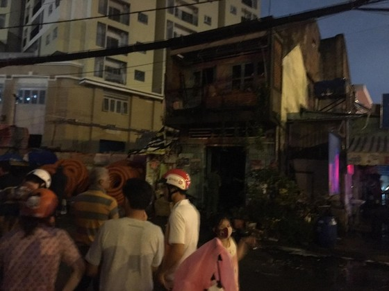 Cháy nhà dân cạnh quán phở ở quận 9, nhiều người bỏ chạy thoát thân ảnh 2
