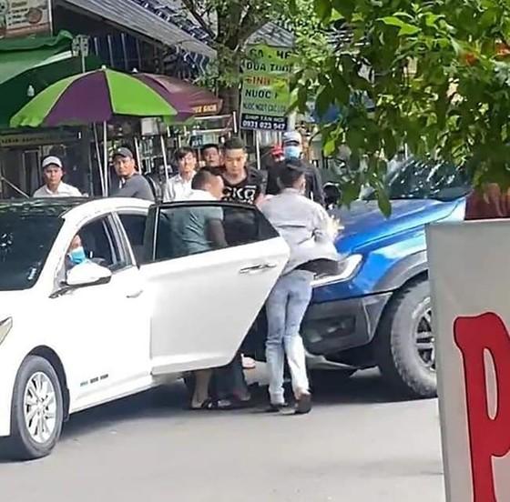 """Khởi tố nhóm """"giang hồ"""" bắt giữ người trái pháp luật, đập phá ô tô tại quận Gò Vấp ảnh 2"""