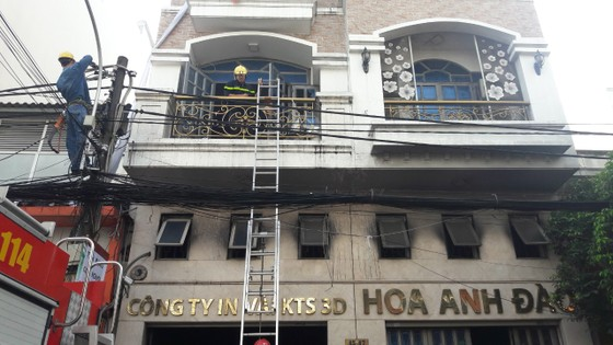 Giải cứu 2 người mắc kẹt trong đám cháy ở công ty tại quận Tân Bình ảnh 7