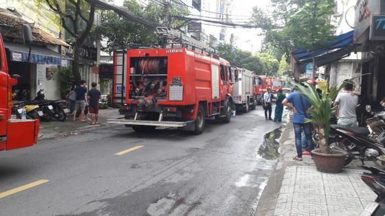Giải cứu 2 người mắc kẹt trong đám cháy ở công ty tại quận Tân Bình ảnh 4