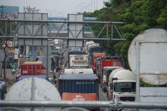 Xe container tông vào đuôi xe tải, hàng ngàn phương tiện 'chôn chân' trên quốc lộ 1  ảnh 2