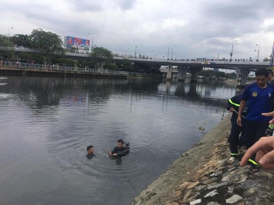 Tìm thấy thi thể người đàn ông nhảy cầu Nguyễn Văn Cừ ảnh 1