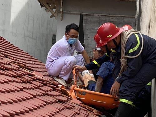 Cứu người đàn ông gặp tại nạn trên mái nhà ảnh 1