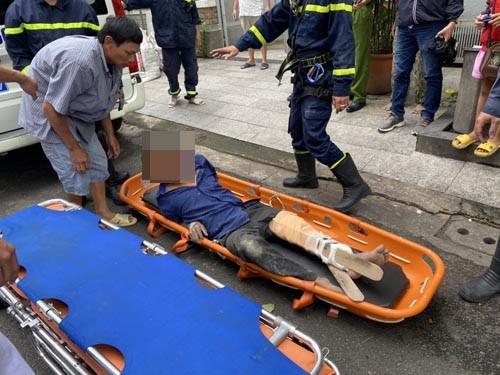 Cứu người đàn ông gặp tại nạn trên mái nhà ảnh 4
