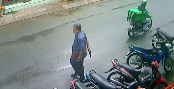 Thông tin bất ngờ vụ người đàn ông cầm vật giống súng doạ người dân ảnh 1