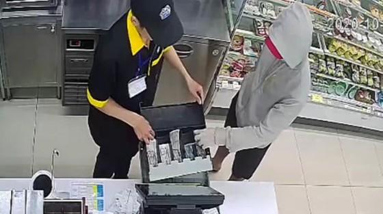 Bắt thanh niên dùng dao khống chế 2 nhân viên cửa hàng tiện lợi Mini Stop để cướp tiền ảnh 1