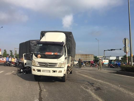 Xe container tông nhiều phương tiện đang chờ đèn đỏ ảnh 3