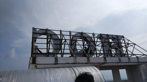 Giải cứu thanh niên leo lên tầng thượng chung cư dọa tự tử ở huyện Bình Chánh ảnh 5