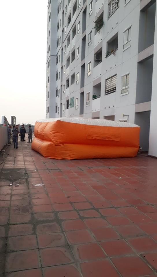 Giải cứu thanh niên leo lên tầng thượng chung cư dọa tự tử ở huyện Bình Chánh ảnh 4