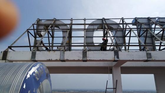 Giải cứu thanh niên leo lên tầng thượng chung cư dọa tự tử ở huyện Bình Chánh ảnh 6