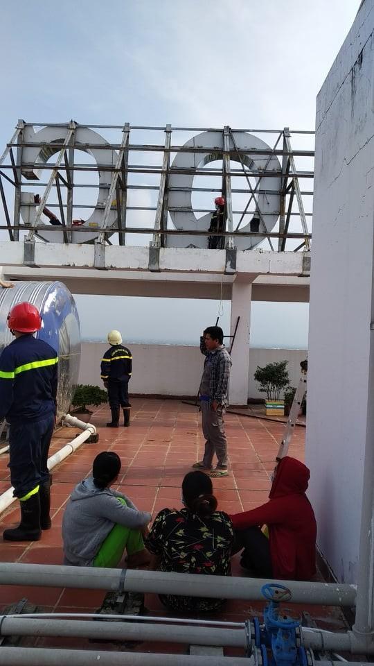 Giải cứu thanh niên leo lên tầng thượng chung cư dọa tự tử ở huyện Bình Chánh ảnh 7