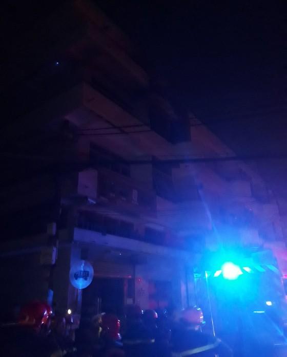 Giải cứu 6 người mắc kẹt trong vụ cháy nhà dân ở quận 11 ảnh 1