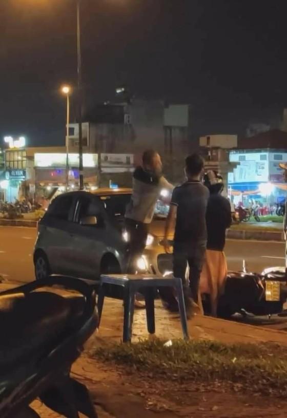Xôn xao vụ va chạm giao thông, tài xế xe ô tô đuổi đánh đôi nam nữ ở quận 9 ảnh 2