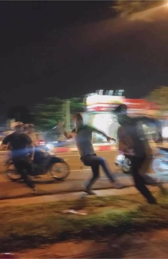 Xôn xao vụ va chạm giao thông, tài xế xe ô tô đuổi đánh đôi nam nữ ở quận 9 ảnh 1