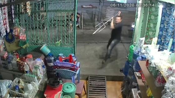 Một người đàn ông bị nhóm côn đồ truy sát ở quận Bình Tân ảnh 1