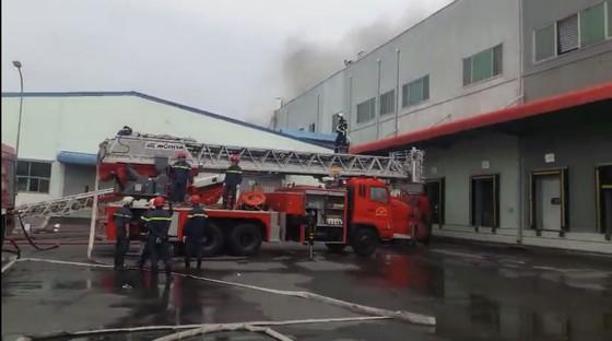 Hàng trăm chiến sĩ tham gia chữa cháy ở nhà máy Công ty Cầu Tre ảnh 4