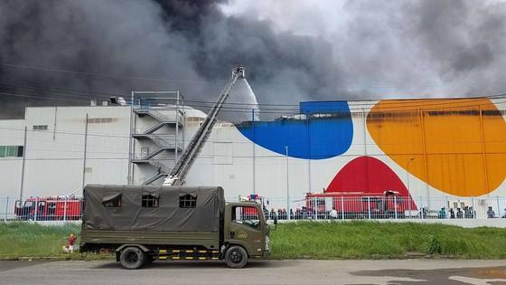 Hàng trăm chiến sĩ tham gia chữa cháy ở nhà máy Công ty Cầu Tre ảnh 2